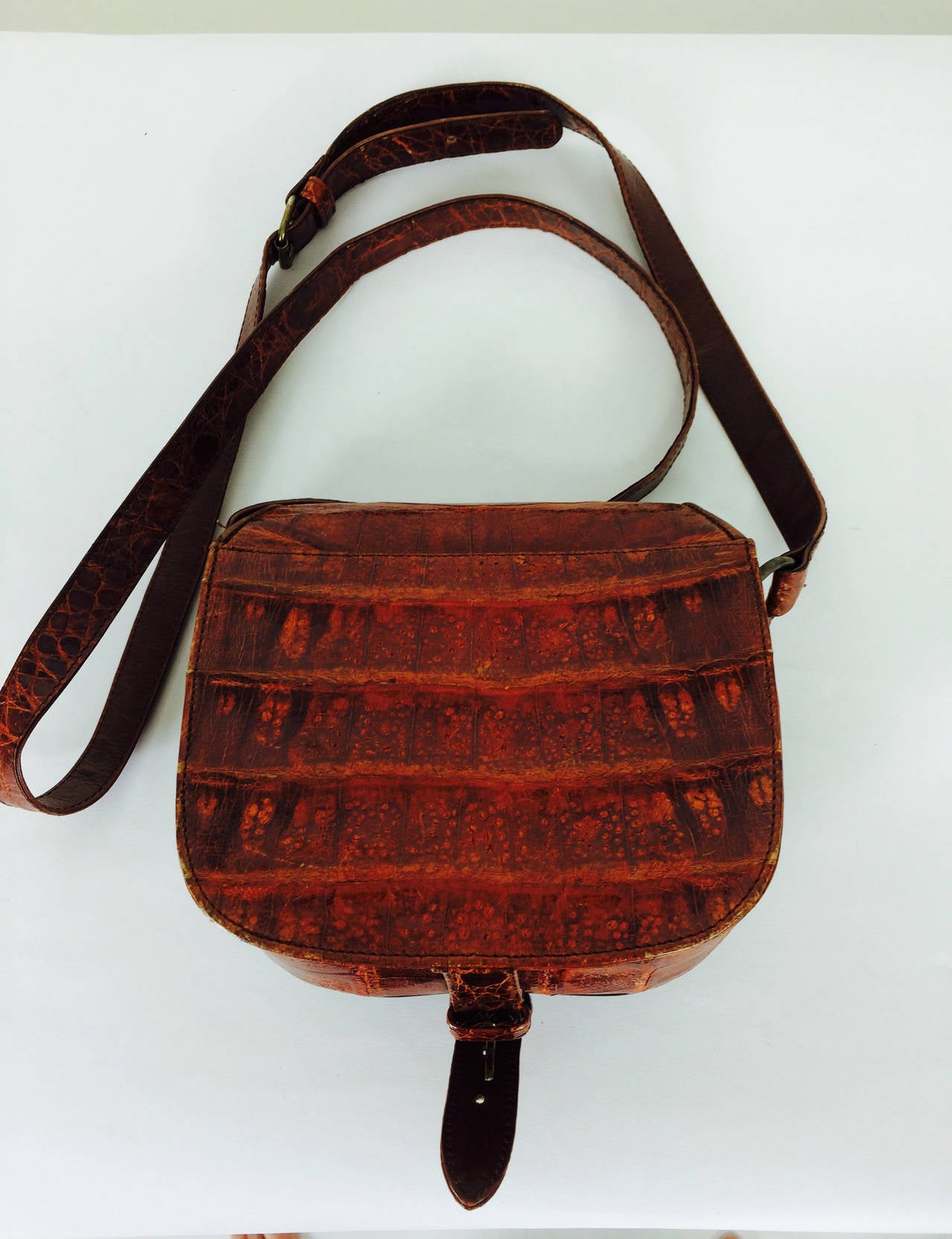 Saddle bag handbag cognac leather faux alligator Neiman Marcus 1980s In Excellent Condition For Sale In West Palm Beach, FL