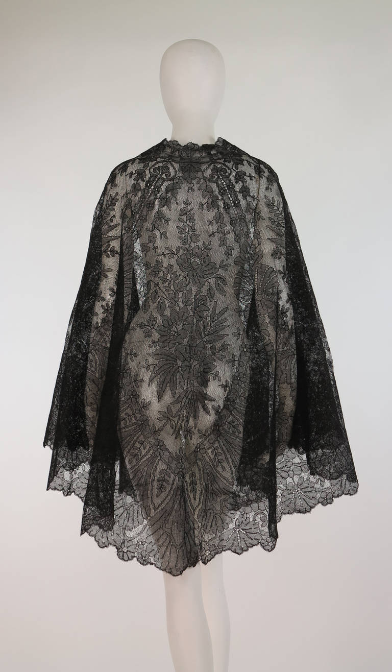 Women's 1850s Chanitlly bobbin lace evening cape For Sale