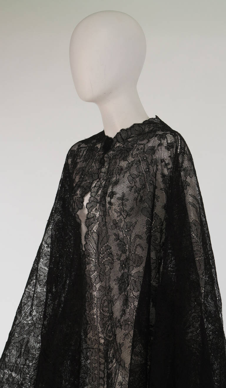 1850s Chanitlly bobbin lace evening cape For Sale 3