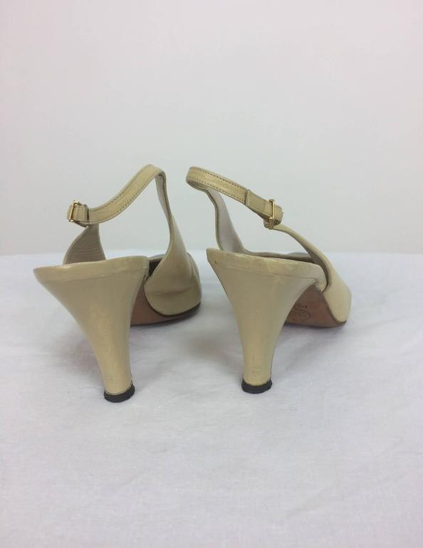 Vintage Chanel classic bone and black sling back pumps 38 In Excellent Condition For Sale In West Palm Beach, FL