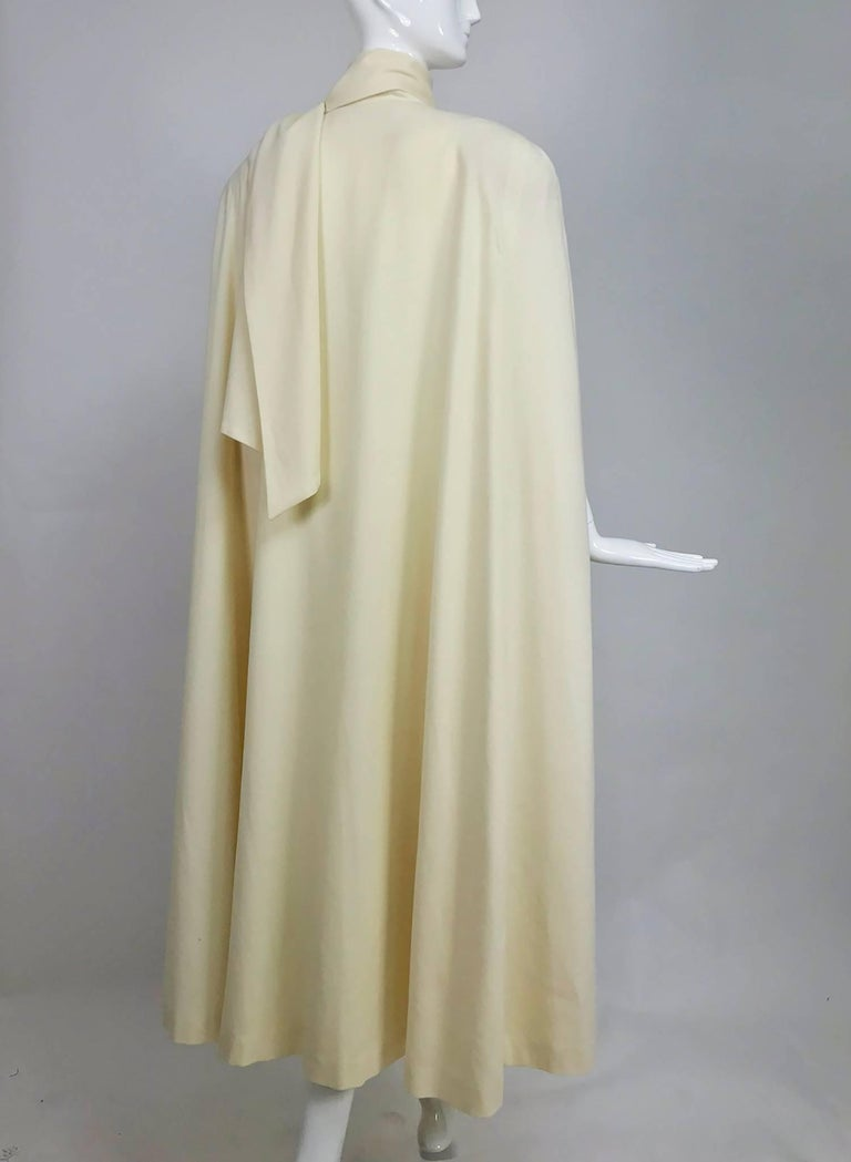 Winter white full length wool cape 1980s In Excellent Condition For Sale In West Palm Beach, FL