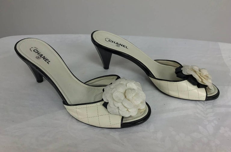 Beige Chanel quilted mules patent heels and Camellia flowers 38 1/2 For Sale