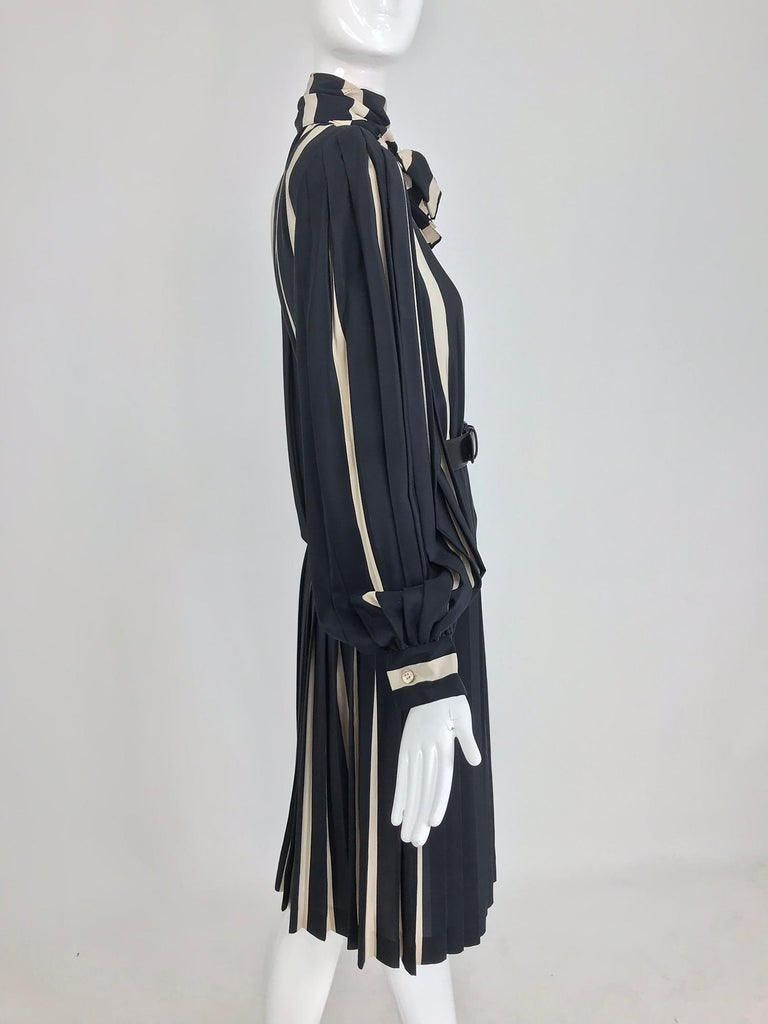 Bill Blass pleated silk black and tan stripe dress 1970s In Excellent Condition For Sale In West Palm Beach, FL