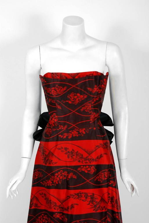 1957 Bergdorf Goodman Couture Red Black Floral-Print Silk Strapless Bustle Gown In Excellent Condition For Sale In Beverly Hills, CA