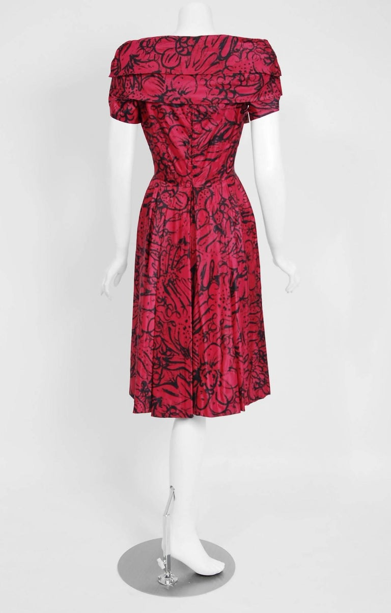 1953 House of Worth Haute-Couture Magenta Abstract Print Silk Shawl-Collar Dress For Sale 3
