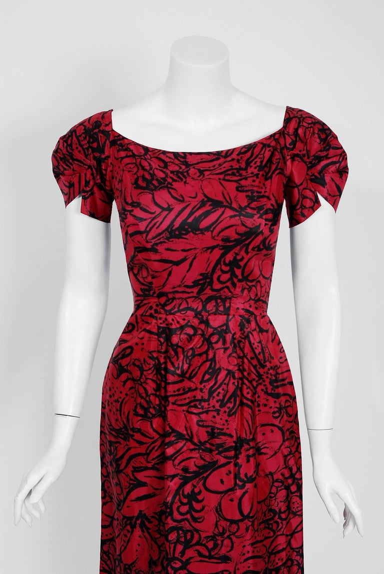 Women's 1953 House of Worth Haute-Couture Magenta Abstract Print Silk Shawl-Collar Dress For Sale