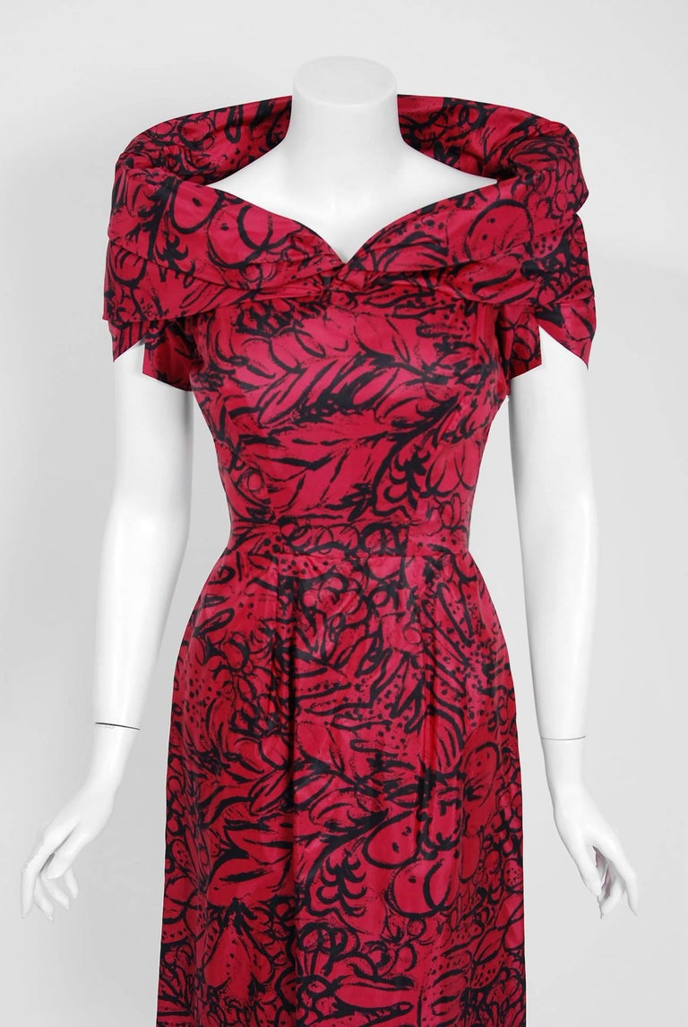 1953 House of Worth Haute-Couture Magenta Abstract Print Silk Shawl-Collar Dress 2
