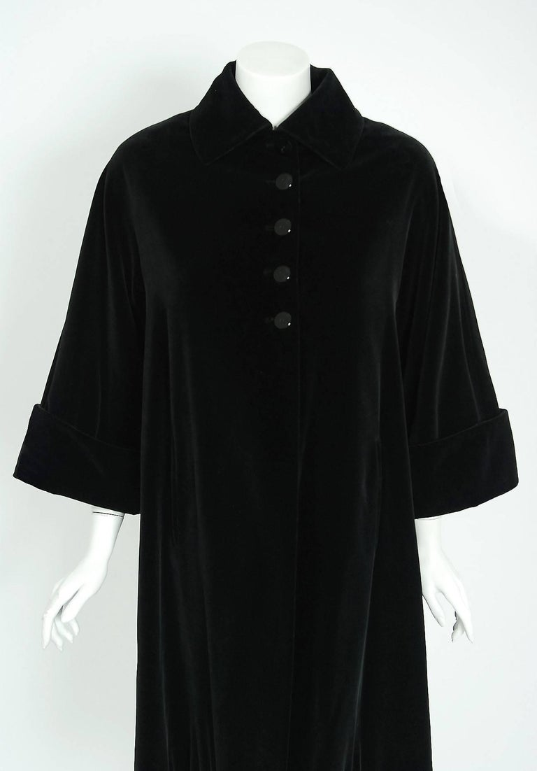 Vintage 1951 Pierre Balmain Haute Couture Black Velvet Wide-Cuff Swing Coat  In Good Condition For Sale In Beverly Hills, CA