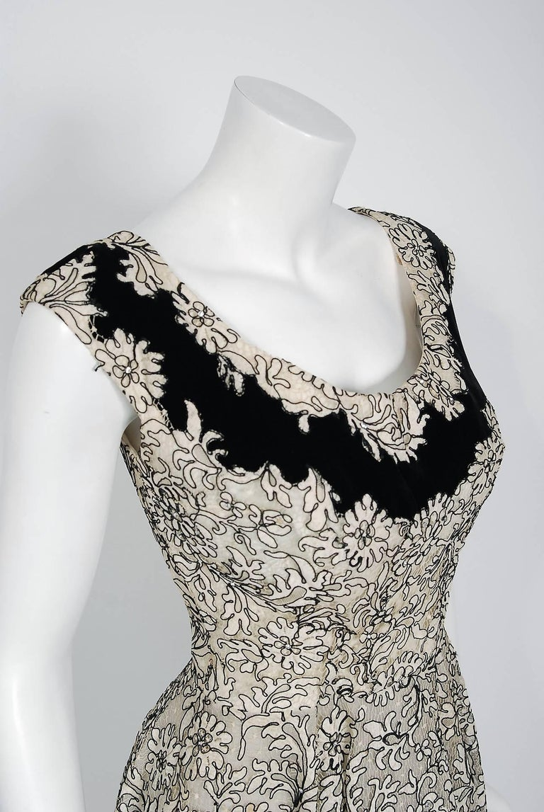1955 Elizabeth Arden Couture Ivory Lace & Black Velvet Scalloped Party Dress  In Excellent Condition For Sale In Beverly Hills, CA