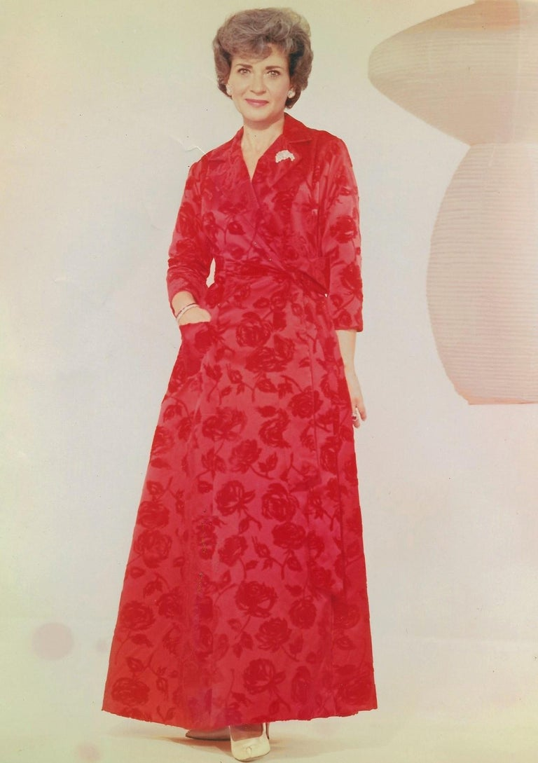 1962 Juel Park of Beverly Hills Couture Red-Roses Flocked Satin Dressing Gown In Excellent Condition For Sale In Beverly Hills, CA