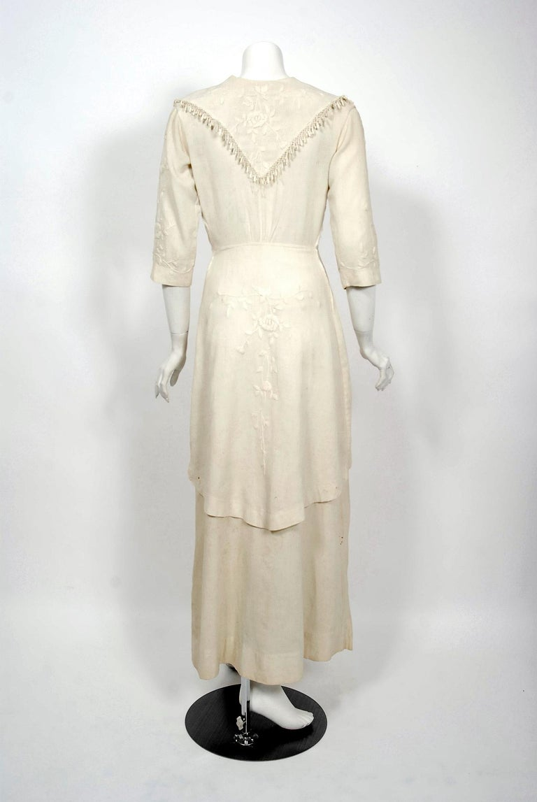 1916 Edwardian Ivory Embroidered Roses Silk Crepe Fringe Collar Tiered Gown For Sale 3