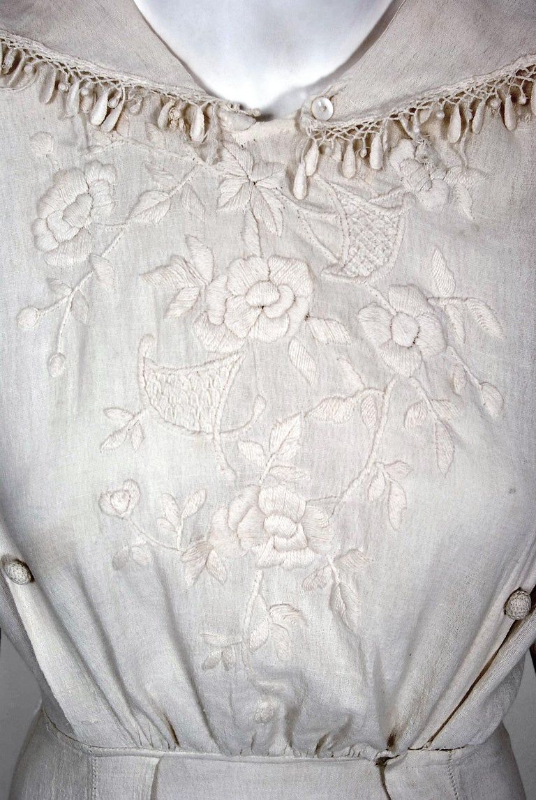 1916 Edwardian Ivory Embroidered Roses Silk Crepe Fringe Collar Tiered Gown In Good Condition For Sale In Beverly Hills, CA