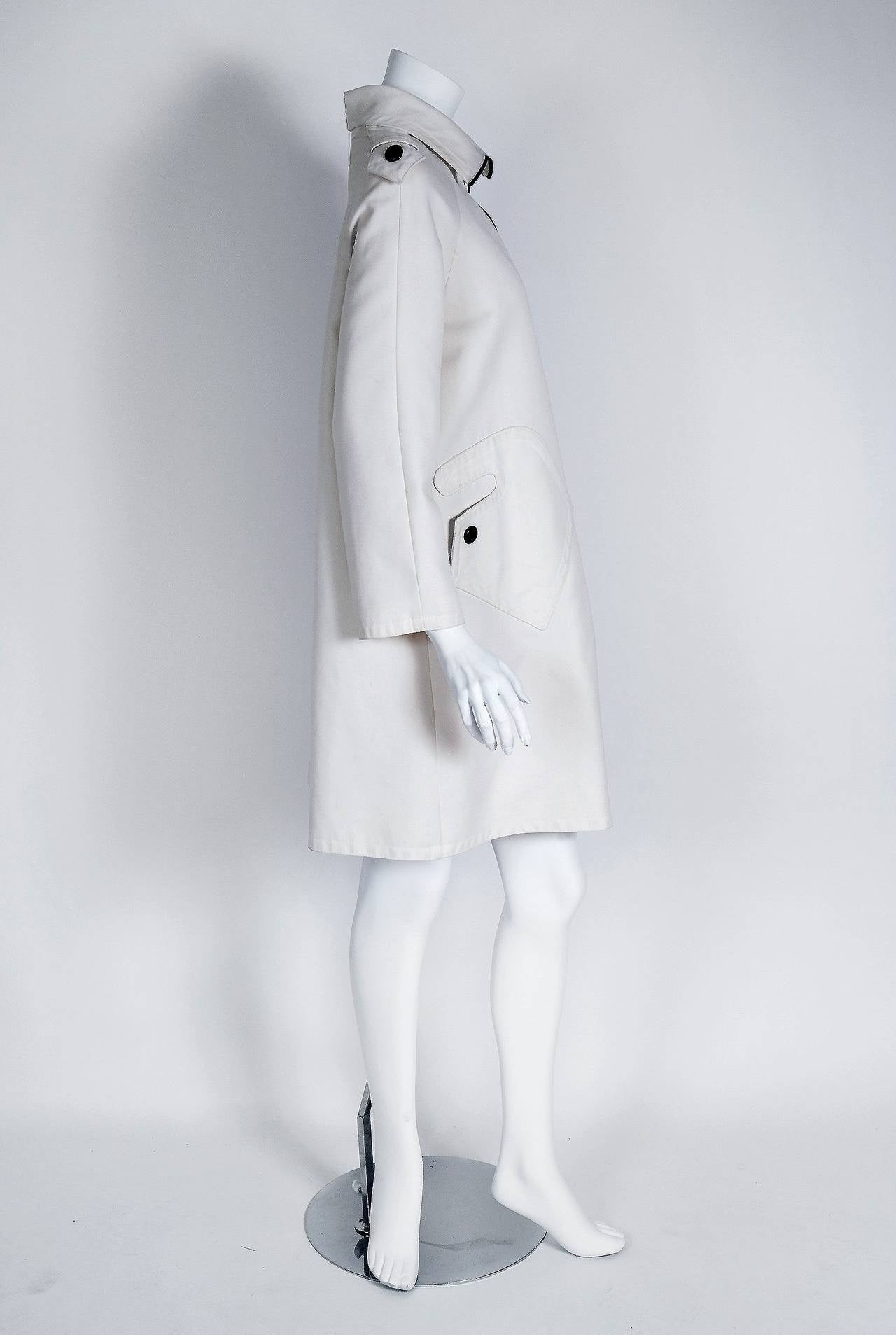 Gray 1968 Pierre Cardin Ivory White Cotton-Twill Mod Space-Age Pockets Trench Jacket For Sale