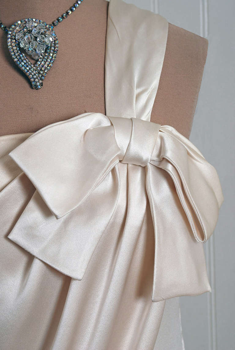 Gray 1960's Ivory-Creme Draped Silk One-Shoulder Grecian Goddess Evening Gown For Sale