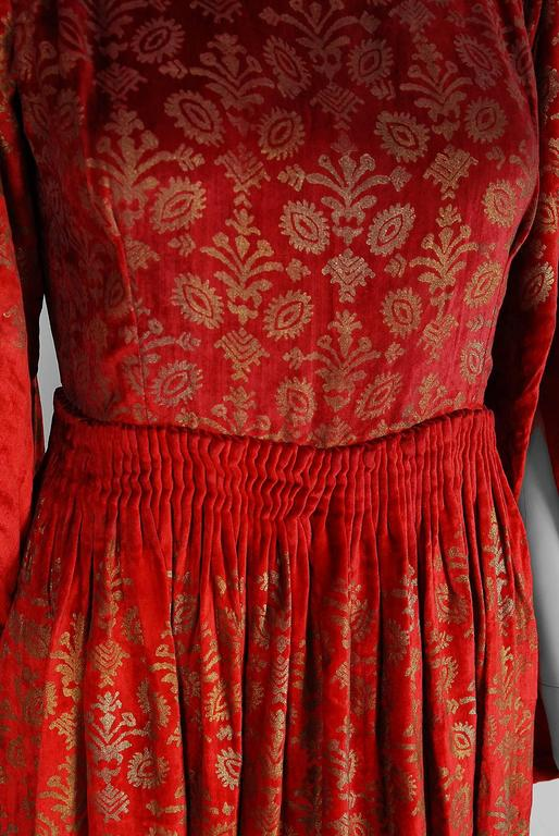 Gallenga Couture Metallic Stenciled Red Velvet Angel-Sleeve Trained Gown, 1920s In Excellent Condition For Sale In Beverly Hills, CA
