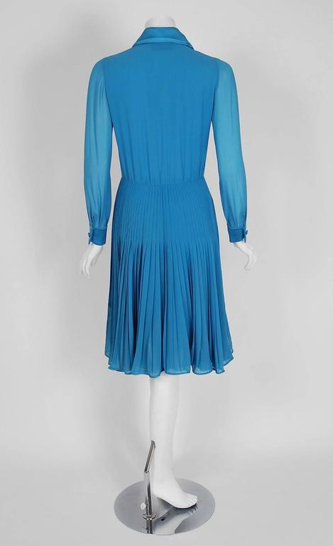 Vintage 1974 Valentino Couture Turquoise-Blue Chiffon Pleated Swing Shirtdress For Sale 2