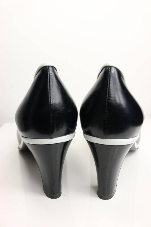 Chanel Classic Black Calfskin/White Piped Trim Pumps  In New never worn Condition For Sale In Sheung Wan, HK