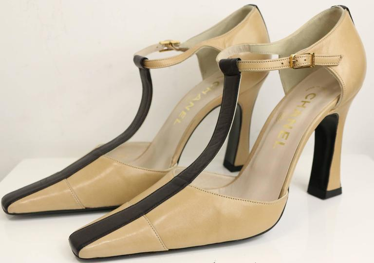 - Vintage 90s Chanel bi tones beige/black T-shape Slingback heels.   - Size 38.5.   - Made in Italy.   - Length: 9in I Heels: 4in (approximately measurement).   - Include: Dust Bag.