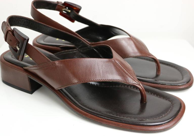 - Vintage 90s Prada brown leather slingback sandals.   - Size 37.5.   - Made in Italy.