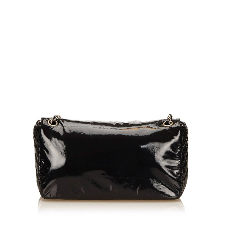 """Chanel Black Patent Leather """"CC"""" Logo Flap Shoulder Bag  In Excellent Condition For Sale In Sheung Wan, HK"""