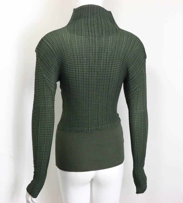 Issey Miyake Green Pleated V Neckline Collar Long Sleeves Top In Excellent Condition For Sale In Sheung Wan, HK