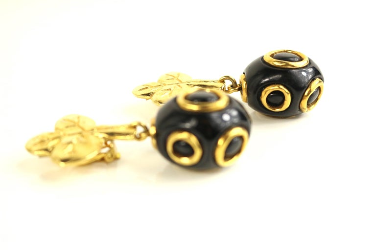 Christian Lacroix Black and Gold-Toned Hardware Clover Clip On Earrings  In Excellent Condition For Sale In Sheung Wan, HK