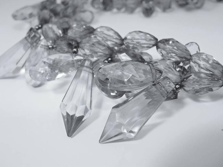 Vintage 1970s Clear Lucite Flower Wire Necklace In Excellent Condition For Sale In New York, NY