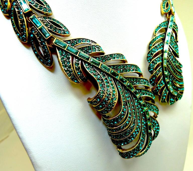 Signed Oscar De La Renta Green Crystal Feather Necklace In Excellent Condition For Sale In New York, NY