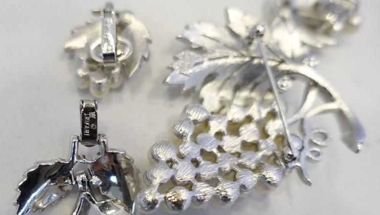 Women's Vintage Highly Collectible 1950s Trifari Leaf Bracelet, Brooch & Earrings Set For Sale