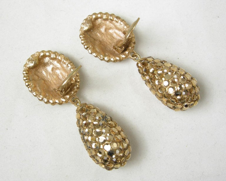Vintage 60s Gold Tone Rhinestone Drop Earrings In Excellent Condition For Sale In New York, NY