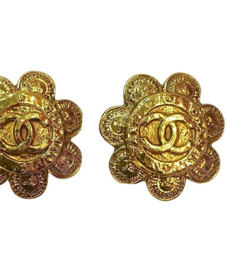 Vintage Chanel Season 28 Floral Double Cs Earrings In Excellent Condition For Sale In New York, NY