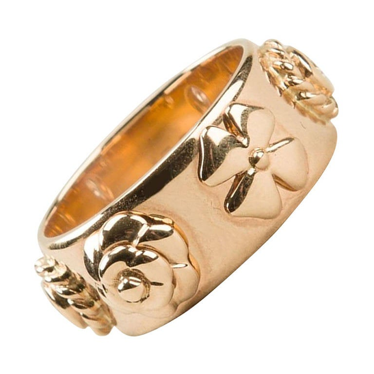 Chanel Vintage Embossed Motif 18K Gold Ring For Sale