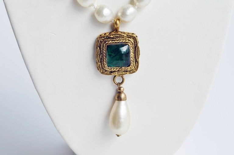 Chanel Vintage Pearl Necklace with Gripoix Glass Pendant, 1980s  3