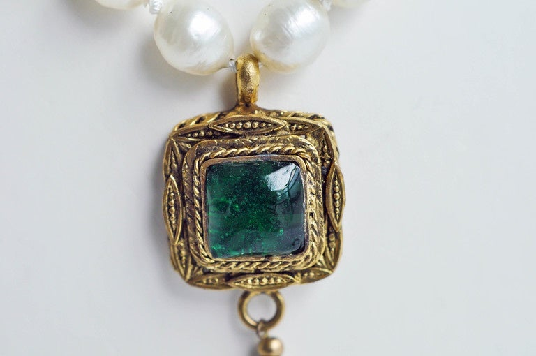 Chanel Vintage Pearl Necklace with Gripoix Glass Pendant, 1980s  5