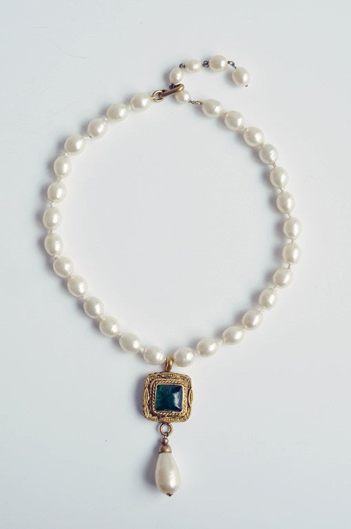 Chanel Vintage Pearl Necklace with Gripoix Glass Pendant, 1980s  2