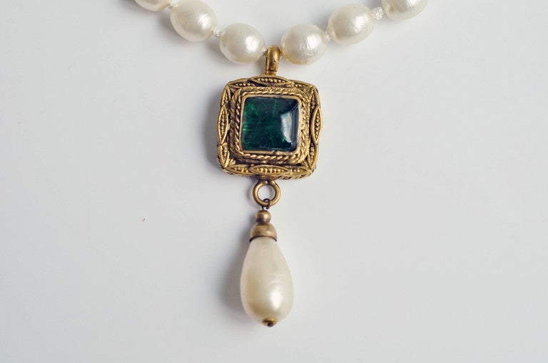 Chanel vintage pearl necklace with gripoix glass pendant 1980s for chanel vintage pearl necklace with gripoix glass pendant 1980s for sale 1 mozeypictures Images