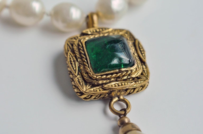 Chanel Vintage Pearl Necklace with Gripoix Glass Pendant, 1980s  7