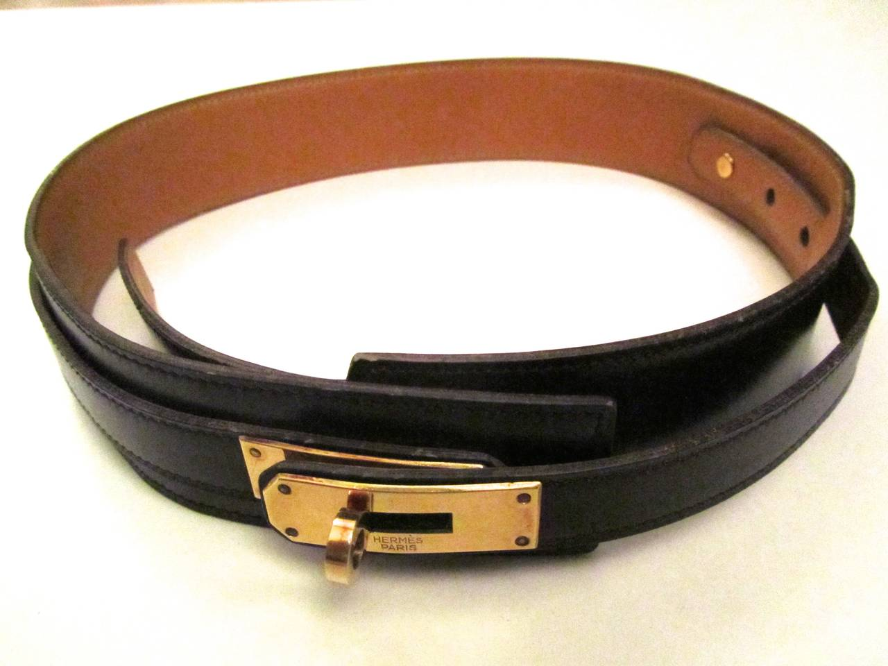 Hermes Kelly Style adjustable belt that is adjustable from a 24 inch (60 cm) to a 26 inch (65 cm.) It is a small sizing. Color is brown and is in excellent condition. Belt has three sizing holes that can be adjusted from the inside of the belt with