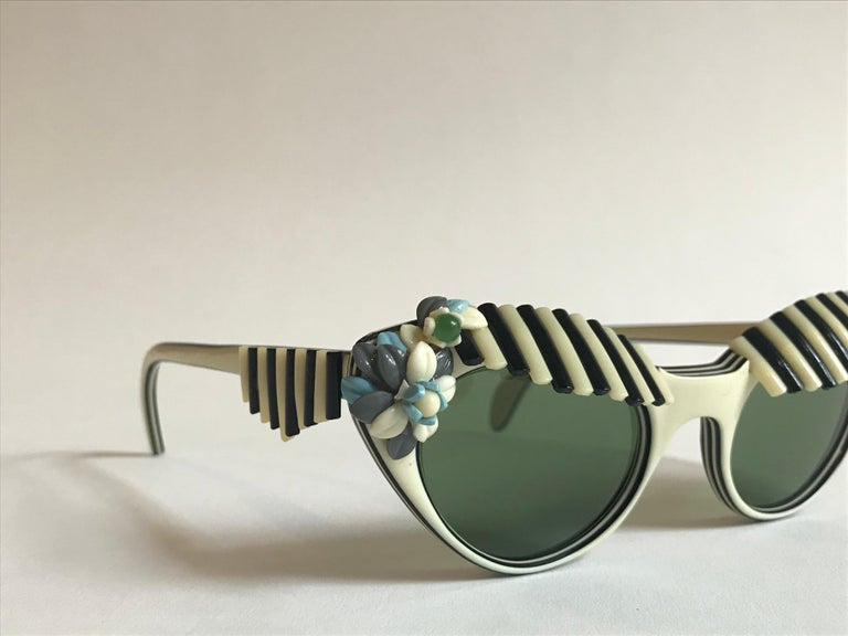 Schiaparelli Cabana Floral Cat Eye Sunglasses in Creamy White and Black, 1950s  For Sale 4