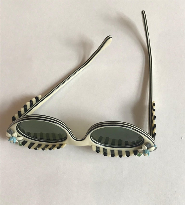 Schiaparelli Cabana Floral Cat Eye Sunglasses in Creamy White and Black, 1950s  For Sale 1