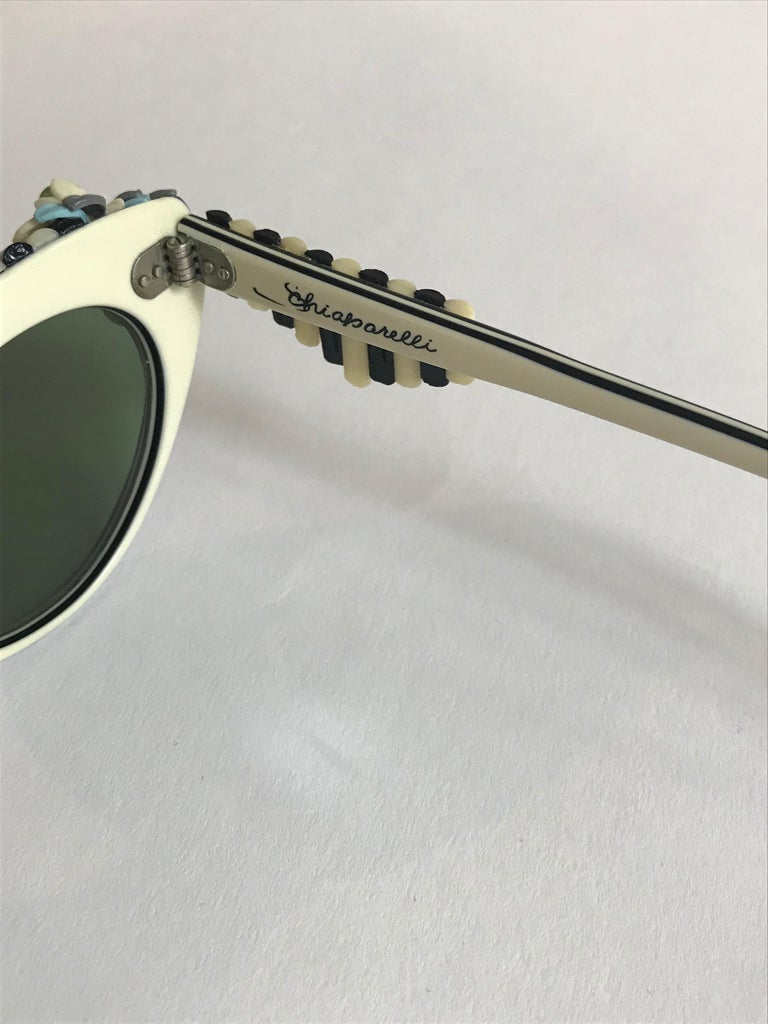 Schiaparelli Cabana Floral Cat Eye Sunglasses in Creamy White and Black, 1950s  For Sale 3