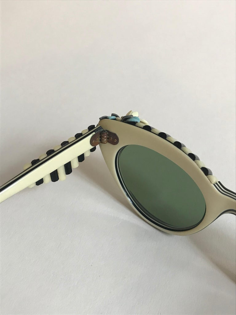Schiaparelli Cabana Floral Cat Eye Sunglasses in Creamy White and Black, 1950s  For Sale 6
