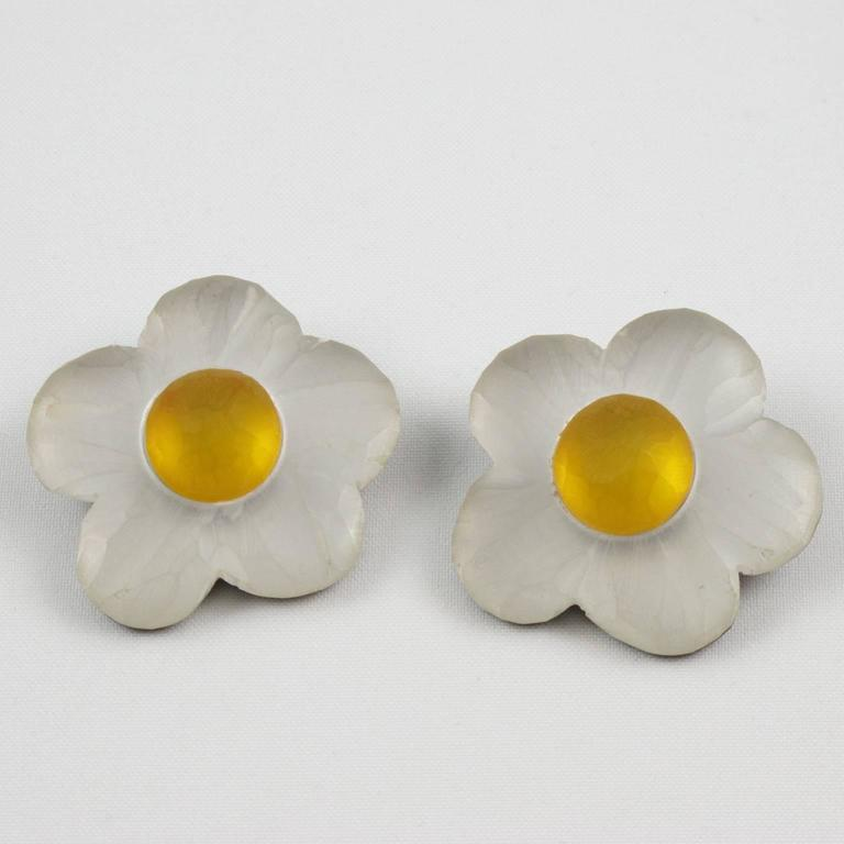 Oversized Carved Lucite Daisy Flower Clip Earrings by Harriet Bauknight for Kaso In Excellent Condition For Sale In Atlanta, GA
