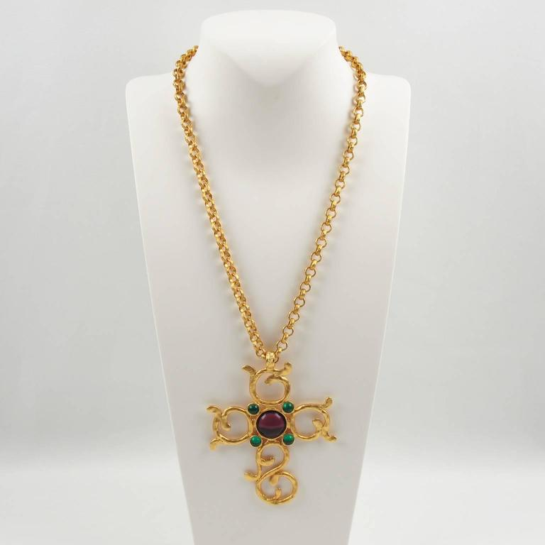Carol Dauplaise Vintage Jeweled Cross Pendant Necklace In Excellent Condition For Sale In Atlanta, GA