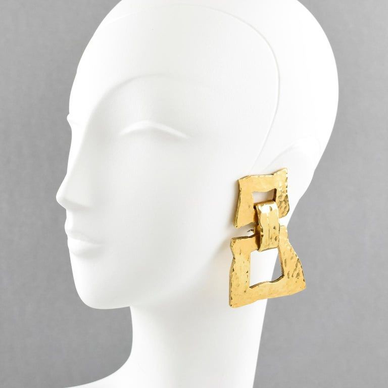 Very chic Mercedes Robirosa Paris signed clip on earrings. Fabulous oversized modernist style with dangling geometric shape and gilt metal all textured and lightly hammered. Signed at the back with brand tiny logo. Measurements: 3.07 in. long (7.8