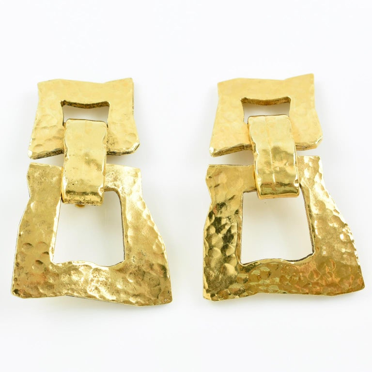 Mercedes Robirosa Paris Modernist Hammered Gilt Metal Dangling Clip on Earrings In Excellent Condition For Sale In Atlanta, GA