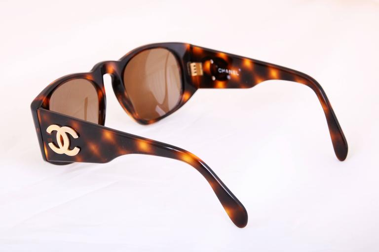 Chanel Tortoise Shell Sunglasses w/CC Logo On Arms In Excellent Condition For Sale In Los Angeles, CA