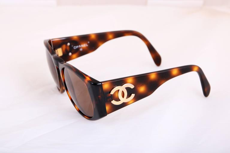 Women's or Men's Chanel Tortoise Shell Sunglasses w/CC Logo On Arms For Sale