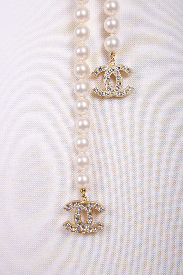 2007V Chanel Pearl Lariat Necklace w/Two Crystal Encrusted CC Logo Charms In Excellent Condition For Sale In Los Angeles, CA