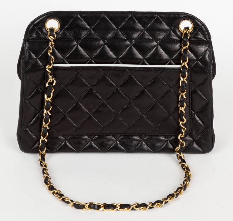1991 Chanel Quilted Black Leather Shoulder Bag w/Double Chain & Gold Hardware In Excellent Condition For Sale In Los Angeles, CA